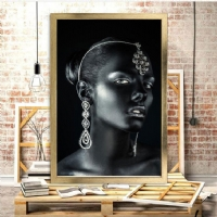 Takılı Siyahi Kadın Çerçeveli Kanvas Tablo